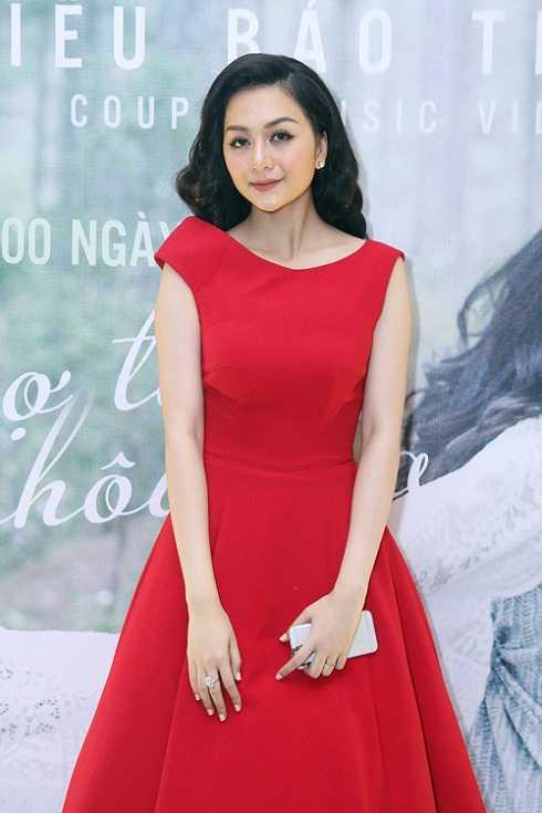 Thiều Bảo Trang trông già hơn rất nhiều so với tuổi 22 khi chọn bộ trang phục nặng nề và cách trang điểm với tông trầm.
