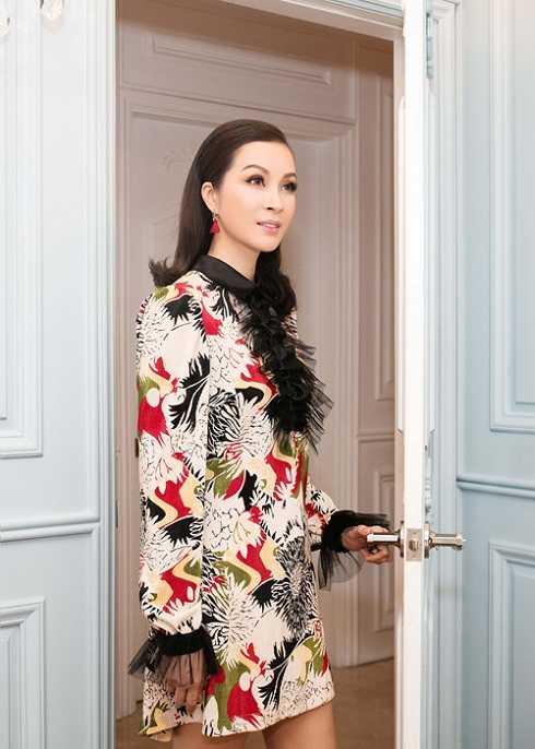 MC Thanh Mai với bộ trang phục có quá nhiều chi tiết rối mắt.