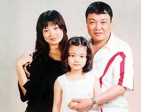 Sau khi ra trường, Lệ Hằng về công tác tại Nhà hát Tuổi trẻ và lập gia đình. Trên sân khấu kịch, cô gần như chỉ được giao các vai phụ. Mức lương của nữ diễn viên vào thời điểm năm 2007 chỉ là 500.000 đồng/tháng. Cô từng thẳng thắn chia sẻ: