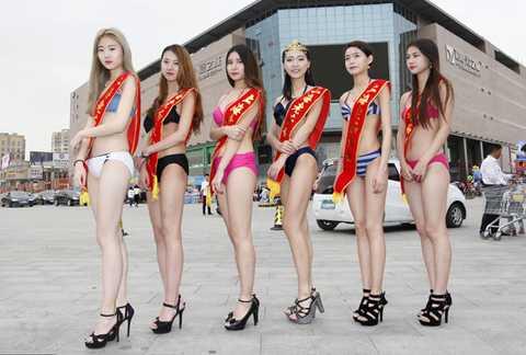 Một doanh nghiệp ở tỉnh Hà Nam, Trung Quốc mới đây mời sáu người mẫu mặc bikini đón khách, quảng bá nhãn hàng.