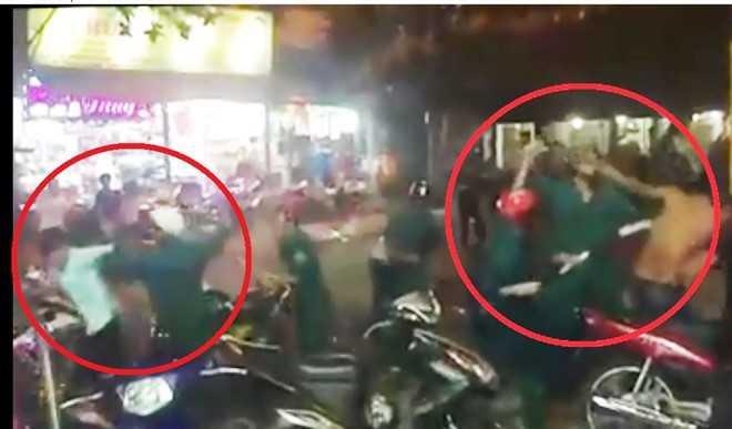 Nhóm dân quân dùng dùi cui đuổi đánh người vi phạm giao thông. Ảnh cắt từ clip.