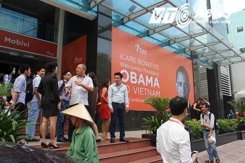 Nhiều người tập trung đông tại địa điểm gần ngôi chùa Ngọc Hoàng