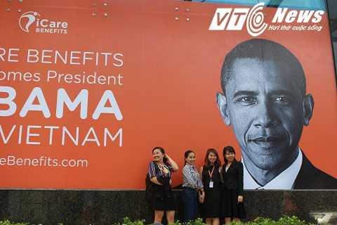 Nhiều người hâm mộ ông Obama chụp ảnh kỷ niệm trước tấm ảnh
