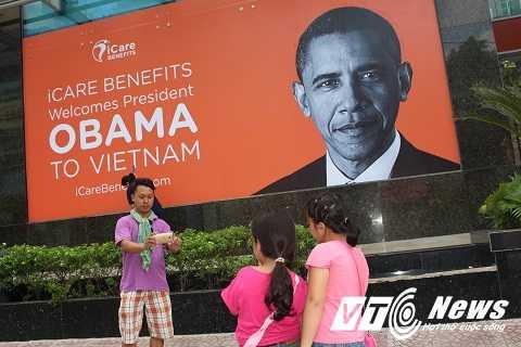 Một ông bố dắt theo 2 cô con gái cũng tranh thủ chụp lại khoảnh khắc được nhìn Tổng thống Obama trên ảnh