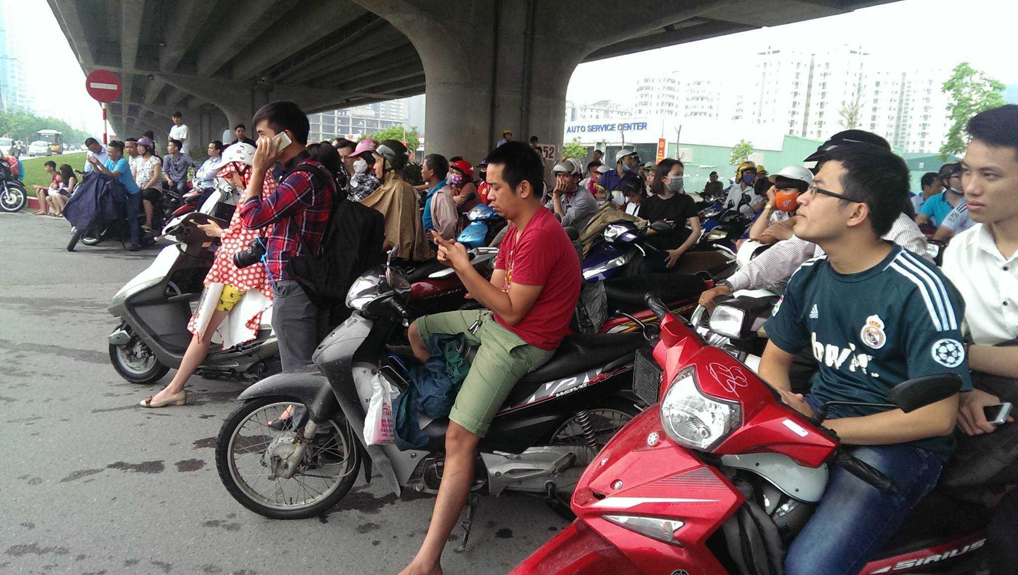 Dân Hà Nội đứng chờ được gặp Tổng thống Obama - Ảnh: phạm Thinh