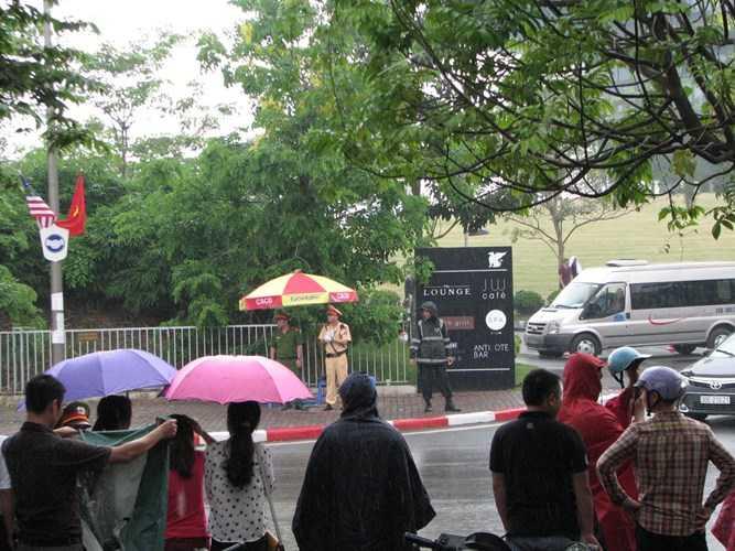 Dòng người đứng trong mưa chờ đợi giây phút nhìn thấy Tổng thống Obama - Ảnh: Kiến thức