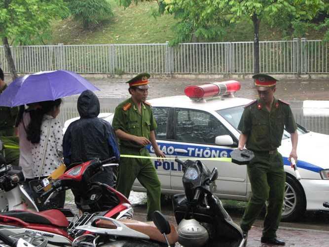 Lực lượng cảnh sát bắt đầu lập hàng rào an ninh để Tổng thống chuẩn bị rời khách sạn - Ảnh: Kiến thức
