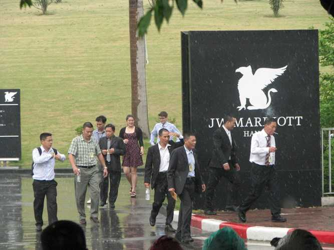 Lúc 11h, đoàn làm việc tháp tùng ông Obama bắt đầu rời khách sạn trong mưa - Ảnh: Kiến thức