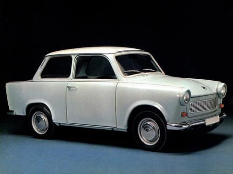 Đến từ Đông Đức, dòng xe Trabant   nổi tiếng với bộ vỏ làm từ nhựa trộn với các phế liệu như bìa các-tông   hay sợi bông thải và động cơ 2 xi-lanh, 2 kỳ. Đã có 3,7 triệu chiếc được   sản xuất từ 1957 tới 1991.