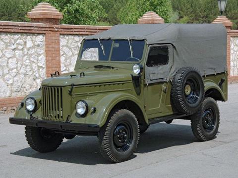 Năm 1953, quân đội Liên Xô đã   yêu cầu GAZ tạo ra một chiếc xe địa hình tương tự Land Rover hay Toyota   Land Cruiser, dẫn tới sự ra đời của chiếc GAZ 69. Ngay cả ở phiên bản   dân sự, chiếc xe vẫn không có mui kín mà thay vào đó là mui bạt, để có   thể được trưng dụng làm xe chiến đấu bất cứ khi nào có chiến tranh.