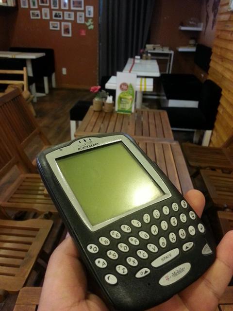 Một chiếc BlackBerry 6710 còn nguyên vẹn.