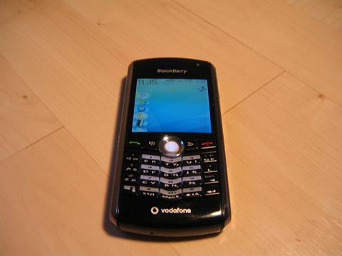 Pearl 8100 có thiết kế nhỏ gọn hơn so với các mẫu BlackBerry khác.