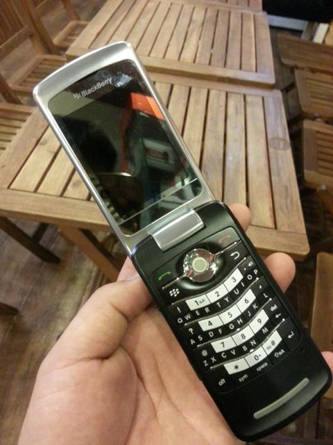 Dù có thiết kế dạng vỏ sò nhưng 8220 vẫn không mất đi 'chất' BlackBerry.
