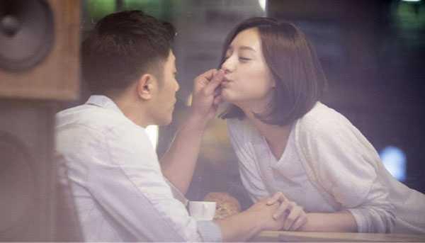 Jin Goo và Kim Ji Won trong một cảnh quay.