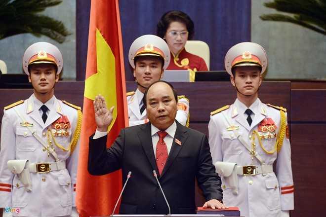 Sáng 7/4, ngay sau khi được bầu với số phiếu tán thành cao, ông Nguyễn Xuân Phúc bước lên lễ đài tuyên thệ nhậm chức Thủ tướng Chính phủ nước Cộng hòa XHCN Việt Nam. Ảnh: Hoàng Hà.