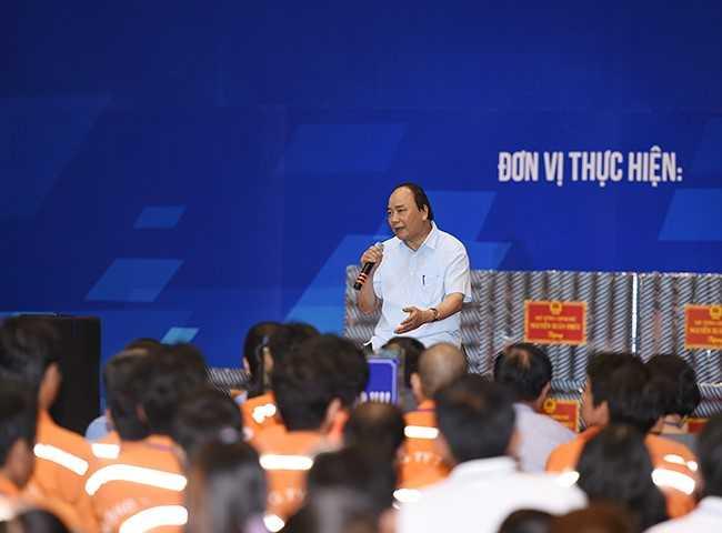 Thủ tướng Nguyễn Xuân Phúc đối thoại với 3.000 công nhân tại Đồng Nai. Ảnh: VPG.