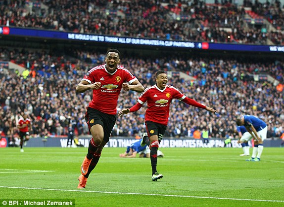 Martial hạnh phúc với bàn thắng quyết định thắng lợi cho MU
