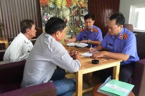 Đại diện Viện KSND trao quyết định minh oan cho ông Tấn