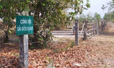 Nhiều hộ dân vẫn sinh sống bên trong hàng rào giăng thép gai của Công viên Sài Gòn Safari