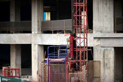 Ở thời điểm hiện tại, công trình vắng bóng công nhân làm việc, sắt, thép hoen rỉ vì dự án không tiếp tục thi công.