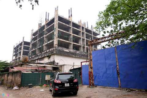 """Tháng 3/2014, sau nhiều lần trì hoãn,   nhân viên công ty thông báo cho khách hàng biết rằng Giám đốc Hồ Anh   Thái đã """"mất tích"""" từ tháng 10/2013. Đến thời điểm bỏ trốn, chủ đầu tư   đã huy động được khoảng trên 400 tỷ đồng từ khách hàng."""
