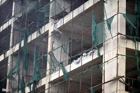 Theo đúng tiến độ, dự án phải giao nhà   cho người mua vào tháng 6/2014. Thế nhưng hiện tại, công trình này mới   đổ khung tầng 7 trên tổng số 28 tầng, và hiện đã dừng thi công. Trên   công trường không một bóng công nhân làm việc.