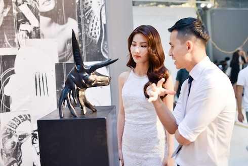 Cả hai chiêm ngưỡng và bàn luận về các tác phẩm nghệ thuật.