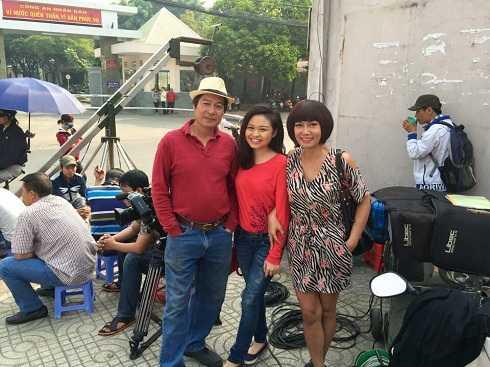 Đạo diễn Đặng Lưu Việt Bảo và diễn viên Kim Khánh, Lê Lộc trên phim trường.
