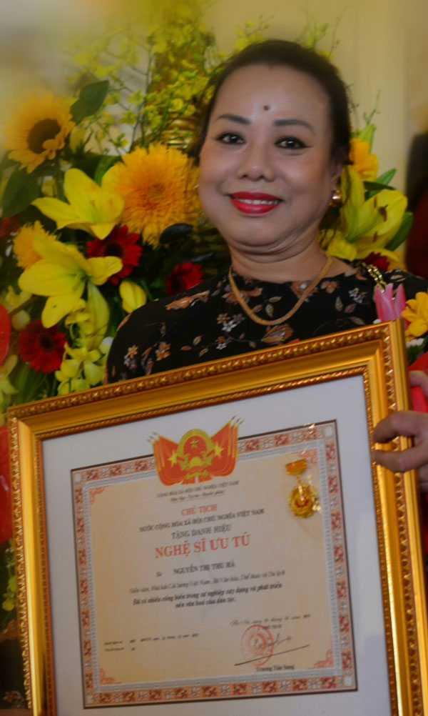 NSƯT Thu Hà trong ngày nhận danh hiệu NSƯT vì những đóng góp của mình cho Cải lương