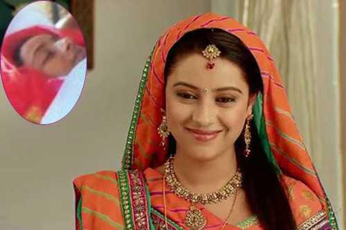 Gia đình mặc váy cô dâu choPratyusha Banerjee, đưa tiễn cô.