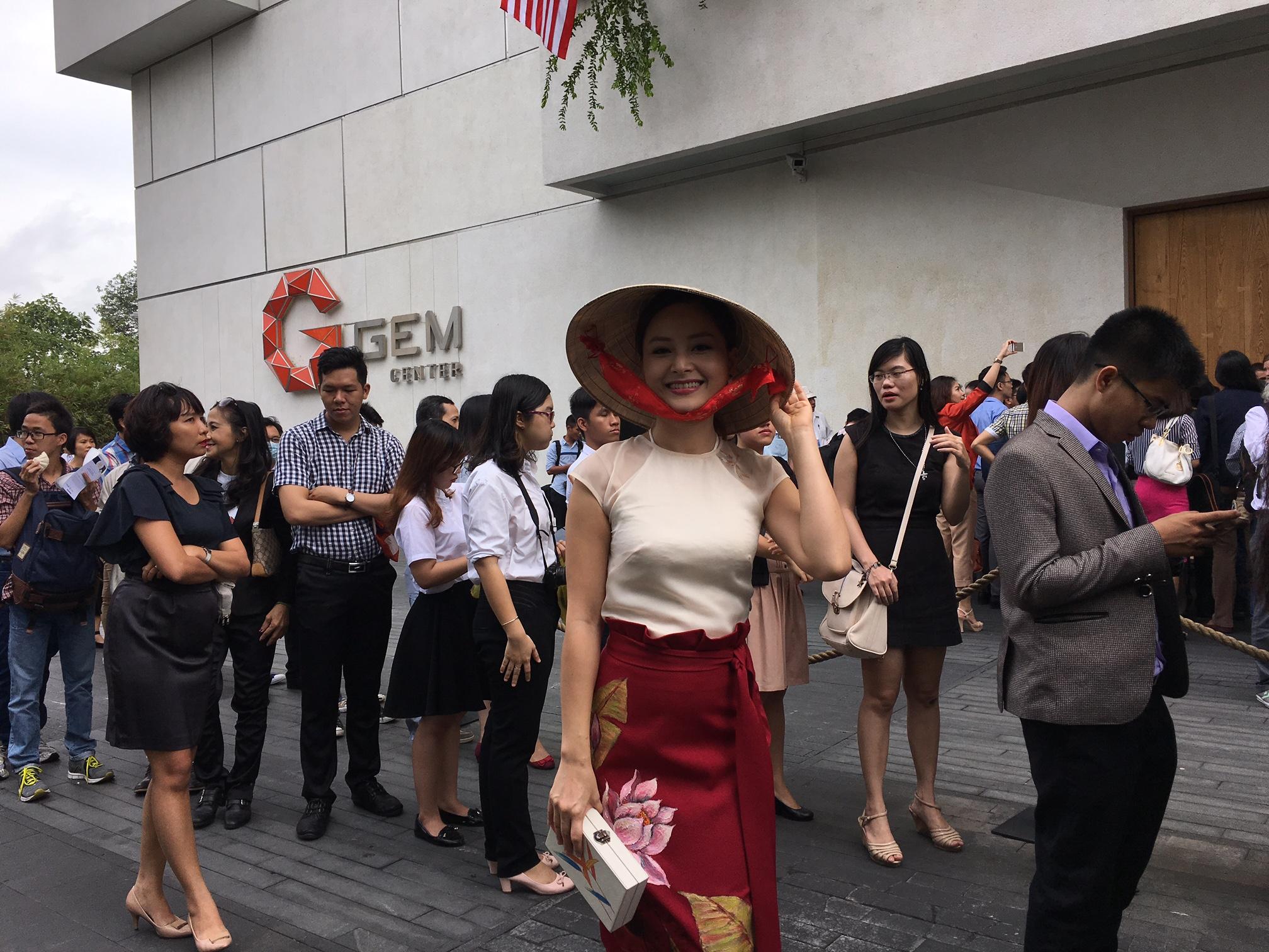 Lan Phương chọn trang phục có hoạ tiết dân gian hình hoa sen và áo yếm truyền thống cách điệu.