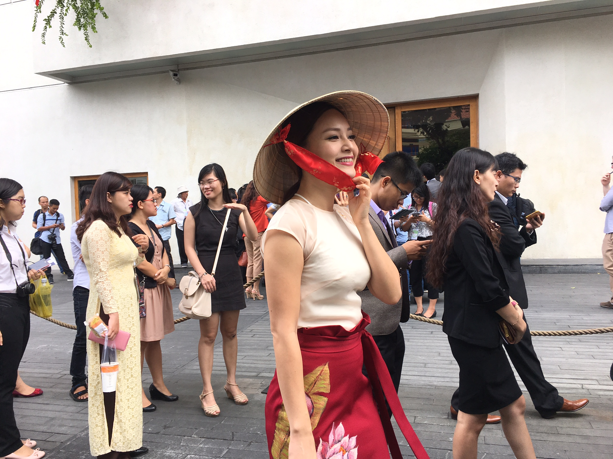 Nữ diễn viên Lan Phương sinh năm 1983, hoạt   động trên sân khấu kịch, màn ảnh nhỏ với vai trò diễn viên, người dẫn   chương trình, nghệ sĩ múa. Cô tốt nghiệp Khoa kinh tế đối ngoại Đại học   Ngoại thương và Cao đẳng Sân khấu Điện ảnh TP. HCM.