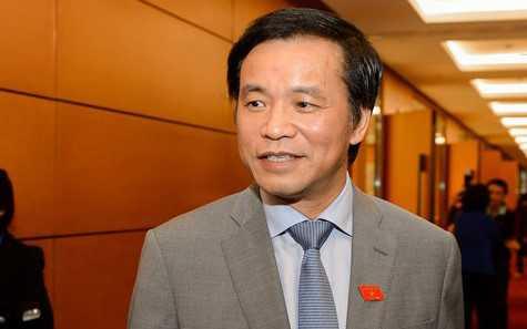 Ông Nguyễn Hạnh Phúc trao đổi với báo chí bên hành lang Quốc hội