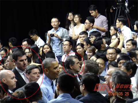 Đặc vụ PPD (vòng đỏ) luôn kề bên Tổng thống Mỹ Obama khi ông tiếp cận người dân. Ảnh: Phan Cường