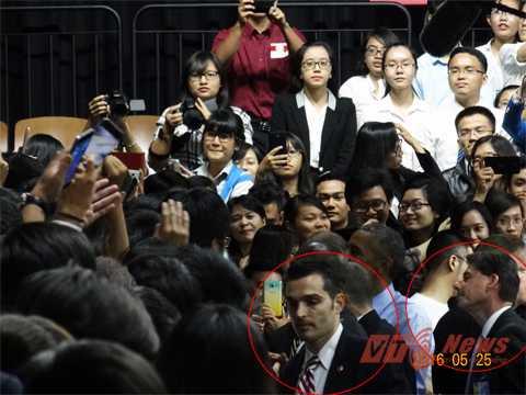 Luôn di chuyển cận kề khi Tổng thống Mỹ tiếp cận gần người hâm mộ.  Ảnh: Phan Cường