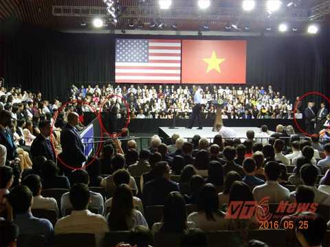 Lúc Tổng thống Mỹ xuất hiện trước công chúng cũng là lúc hiện diện của các thành viên PPD (vòng đỏ). Ảnh: Phan Cường
