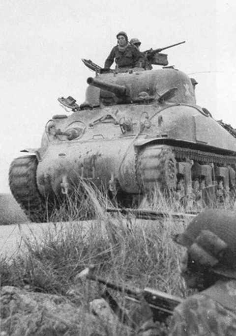Trong cuộc chiến tranh xâm lược Việt Nam giai đoạn 1946-1954, quân đội thực dân Pháp đã đưa vào nhiều trang bị vũ khí khí tài tối tân bậc nhất thời bấy giờ do nước này tự sản xuất, nhưng chủ yếu là từ nguồn cung đồng minh Mỹ. Một trong những vũ khí hiện đại bậc nhất thời bấy giờ được Mỹ cung cấp cho Pháp là các xe tăng M4 Sherman nổi danh đã giúp Mỹ giành nhiều thắng lợi trong CTTG 2. Ảnh: Tăng Sherman trong một cuộc hành quân của Pháp ở Bắc Ninh năm 1952.