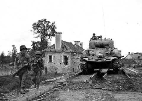 M4 Sherman là một trong những loại xe tăng nổi tiếng nhất trong CTTG thứ 2, sánh ngang với các dòng tăng Panzer, Panther, Tiger của Đức, T-34 Liên Xô.