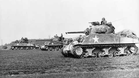Khoảng 50.000 chiếc M4 Sherman đã được các nhà máy của Mỹ sản xuất từ năm 1941 tới cuối cuộc chiến tranh. Các xe tăng này được Mỹ cung cấp rộng rãi cho quân đồng minh, nó xuất hiện trong nhiều cuộc chiến, thậm chí tới tận trận Yom Kippur năm 1973 giữa liên minh Ả Rập với Isra