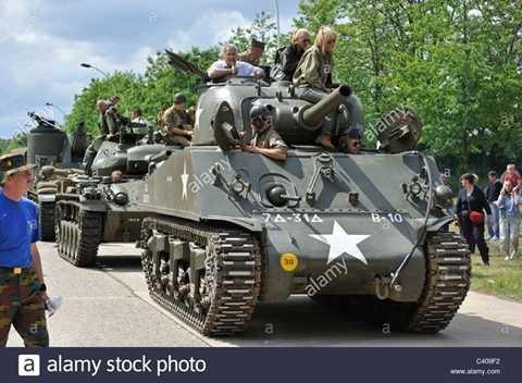 Tăng Sherman có trọng lượng 30,3 tấn, dài 5,84m, rộng 2,62m, cao 2,74m, được bọc giáp dày từ 19-91mm. Sherman có cấu hình cao nên khả năng hạ nòng khá tốt.
