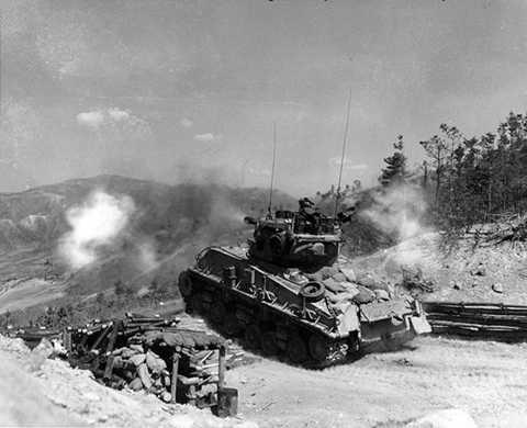 Thời kỳ đầu, các xe tăng Sherman được trang bị khẩu pháo 75mm M3. Tuy nhiên, thực tế chiến trưởng ở châu Âu cho thấy pháo 75mm M3 là quá yếu trước các xe tăng mới của Đức như Tiger I. Trong khi pháo 88mm trên Tiger dễ dàng xuyên thủng Sherman thì ngược lại pháo 75mm của M4 lại không làm được điều tương tự với Tiger. Vì thế kể từ năm 1944, các xe tăng Sherman ra trận với pháo chống tăng 76mm