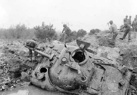 Ảnh một xe tăng M4 Sherman bị phá hủy ở châu Âu.