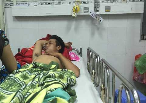 Nạn nhân Phong nằm thiếp li bì tại Bệnh viện Nhân dân 115