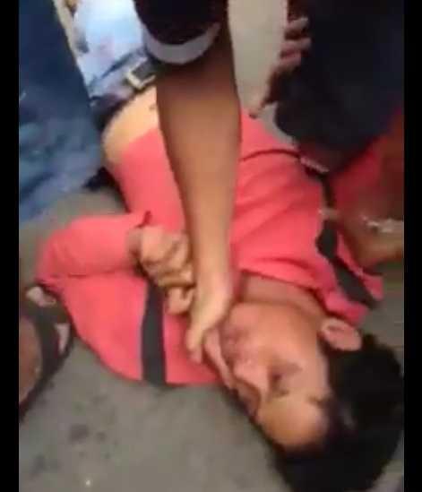 Nạn nhân lúc vừa bị đánh nằm bất tỉnh tại hiện trường. Ảnh từ video clip