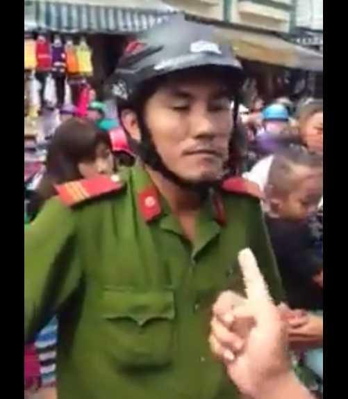 Người dân phẫn nộ chỉ tay thẳng vào mặt thượng sỹ Hà phản đối. Ảnh từ video clip