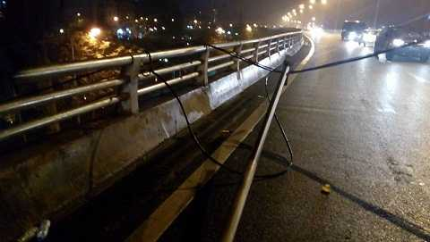 Cây cột điện được làm bằng tre bất ngờ đổ xuống đường. Ảnh: Nguyễn Đông/otofun