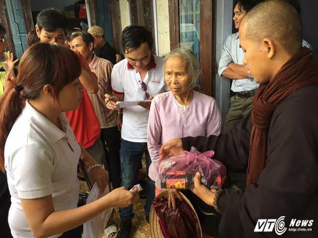 Trao quà cho gia đình khó khăn ở xã Quảng Công (huyện Quảng Điền, tỉnh Thừa Thiên - Huế).