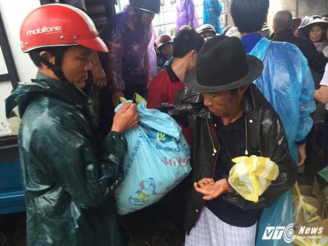 Một ngư dân nhận gạo từ nhóm từ thiện.