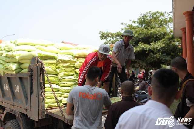Vận chuyển gạo để phát cho ngư dân Quảng Bình.