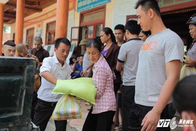 Phát gạo cho bà con Quảng Bình.